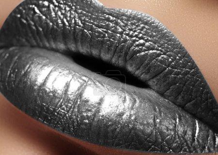 Photo pour Closeup Female Plump Lips with Silver Color Makeup. Fashion Celebrate Make-up, Glitter Cosmetic. Style métalique de Noël. Le Nouvel An célèbre le maquillage pour les lèvres - image libre de droit