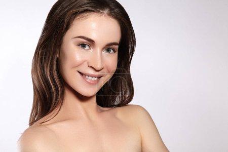 Photo pour Belle femme de sourire avec la peau propre, maquillage normal. Joyfull et bonheur. Visage féminin émotif. Santé et bien-être. aime toi toi-même - image libre de droit
