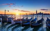 """Постер, картина, фотообои """"Венеции с известным гондолы на рассвете, Италия. Гондолы в лагуну на восход, Италия. Венеции гондолы на Гранд-канал против церкви Сан-Джорджо Маджоре."""""""