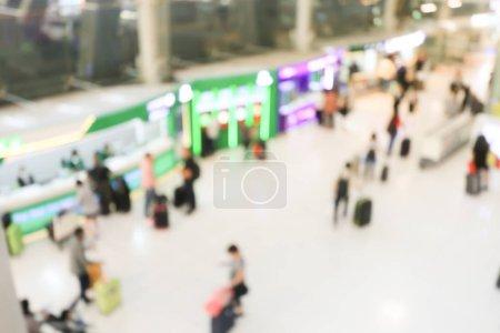 Photo pour Image floue de la foule de voyageurs ou de passagers marchant avec un bagage depuis le vol dans le terminal de l'aéroport international avec un beau bokeh de la lumière, la publicité & concept de voyage . - image libre de droit
