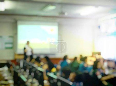 Photo pour Image floue des gens de l'éducation et des gens d'affaires assis dans la salle de conférence pour le séminaire de la profession et l'orateur présente avec projecteur de l'écran et l'idée de partage avec l'activité de contenu - image libre de droit