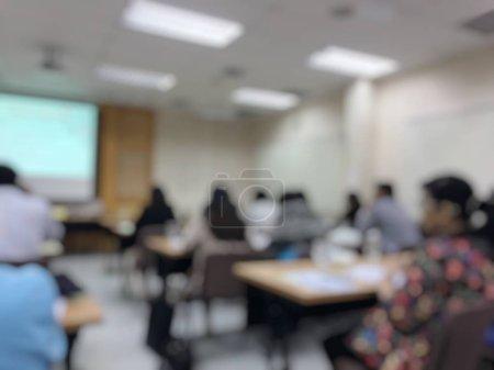 Concepto de educación, imagen borrosa de la tecnología de aprendizaje de los estudiantes y taller utilizando la computadora juntos en la sala de informática en la secundaria, la universidad para el estudio, la comunicación en red y la formación