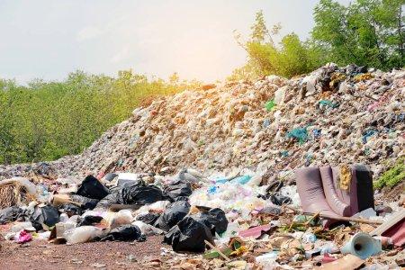 Photo pour Poubelles de montagne, tas d'ordures volumineux et dégradés, tas de résidus puants et toxiques, bouteilles en plastique usagées et autres types de décharges en plastique dans les décharges ou décharges. Concept de pollution . - image libre de droit