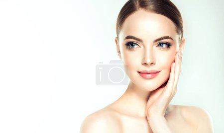 Belle jeune femme à la peau douce. Soins pour le visage. Soin du visage. Cosmétologie, de beauté et spa