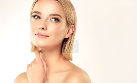 Photo pour Belle jeune femme avec une peau propre et fraîche. Traitement du visage. Cosmétologie, beauté et spa. Blonde fille aux cheveux courts et un visage propre - image libre de droit
