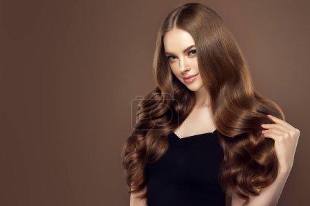 Photo pour Fille de beauté avec le long et brillant cheveu ondulé. Beau modèle de femme avec la coiffure bouclée - image libre de droit
