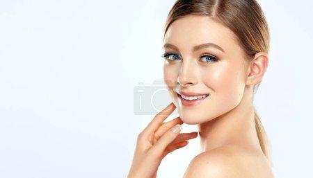Photo pour Belle jeune femme avec une peau propre et fraîche. Traitement du visage. Cosmétologie, beauté et spa. Belle et attrayante fille avec un sourire agréable - image libre de droit