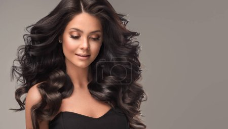 Photo pour Fille brune de beauté avec le long et brillant cheveu noir ondulé. Beau modèle de femme avec la coiffure bouclée . - image libre de droit