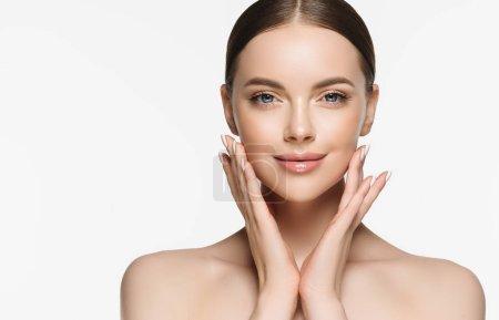 Photo pour Belle jeune femme avec la peau fraîche propre sur le visage. Traitement facial de fille. Cosmétologie , beauté et spa. - image libre de droit