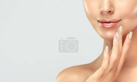 Photo pour Belle jeune femme avec la peau fraîche propre sur le visage. Traitement facial de fille. Cosmétologie , beauté et spa - image libre de droit