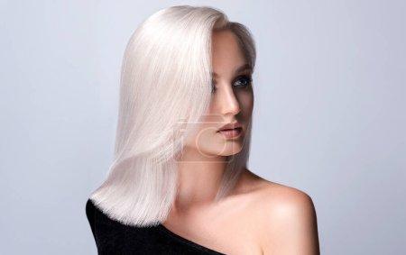 Photo pour Belle fille aux cheveux teints en blond. Coiffure élégante faite dans un salon de beauté. Beauté, cosmétiques et maquillage - image libre de droit