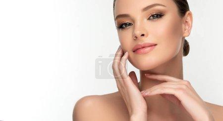 Photo pour Belle jeune femme avec une peau propre et fraîche sur le visage. Fille traitement du visage. Cosmétologie, beauté et spa . - image libre de droit