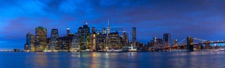 Photo pour Pont de Brooklyn et du centre horizon de Manhattan à New York City - image libre de droit