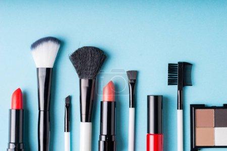Photo pour Ensemble de produits cosmétiques maquillage avec le sac sur la vue de dessus - image libre de droit