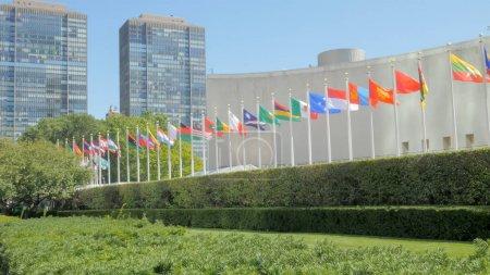 Photo pour Certains des drapeaux nationaux en dehors de la construction des nations unies à New York - image libre de droit