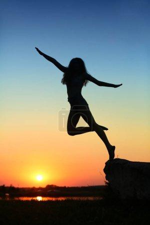 Foto de Alegría y felicidad al ser joven y saltar - Imagen libre de derechos