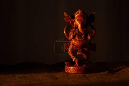 Drewniana figurka boga ganesha z przestrzenią do kopiowania