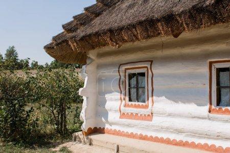 Photo pour A white slavic house with a thatched roof - image libre de droit