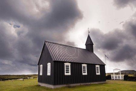 Photo pour La célèbre église noire de Budir en Islande. c'est la seule église noire de toute l'île - image libre de droit