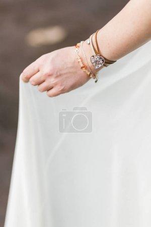 Foto de Manos de mujer con joyas y pulseras de diferentes - Imagen libre de derechos