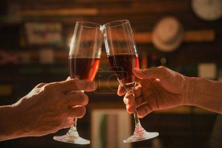 Photo pour Verser du vin rouge dans un verre - image libre de droit