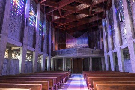 Photo pour Baccarat, France - 9 juin 2016: L'intérieur de l'église Saint-Remy, éclairée par les cristaux colorés sur le mur. La cristallerie de Baccarat est célèbres pour leur oeuvre de verre et du cristal - image libre de droit