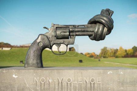 Photo pour Caen, France - 22 octobre 2016: Pistolet attaché dans un noeud à l'extérieur du mémorial de Caen. Le mémorial de Caen est un memorial museum et de la guerre en Normandie, commémorant la seconde guerre mondiale et la bataille de Caen - image libre de droit