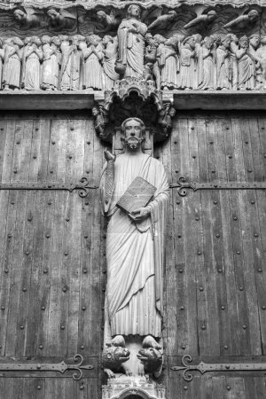 Photo pour Statue of Jesus on a wooden door of the Cathedral of Chartres (Romanesque art style12th century) - image libre de droit