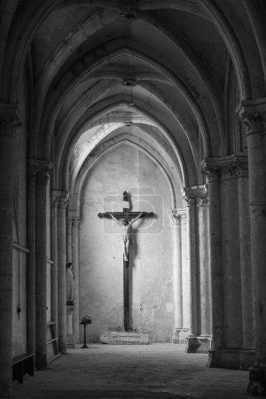 Photo pour Statue de Jésus sur la croix au bout d'une arcade, dans l'église gothique de Saint pierre (XIIIe siècle) à Chartres, France - image libre de droit