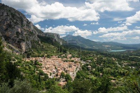 Photo pour Le village de Moustiers Sainte Marie avec le lac de Sainte Croix en arrière-plan, département des Alpes-de-Haute-Prov ence, France - image libre de droit