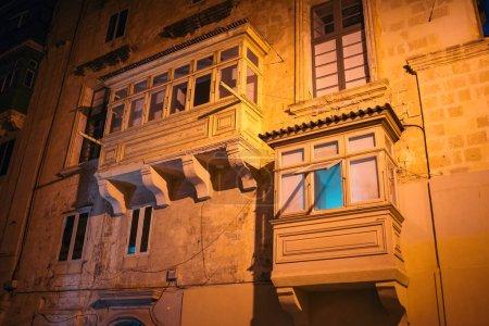 Ventana típica de La Valeta por la noche, Malta