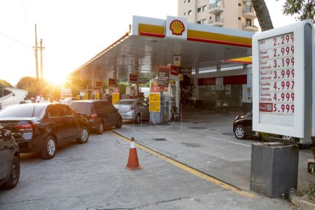 Sao Paulo, SP, Brasil. 29 de mayo de 2018. La gente hace cola por combustible en una gasolinera en Sao Paulo, en el día nueve de una huelga de camioneros para protestar por el aumento de los costos del combustible en Brasil .