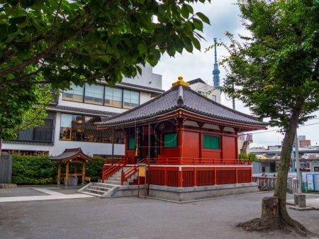 Foto de Pequeño santuario budista en Asakusa de Tokio - fotografía de viajes - Imagen libre de derechos