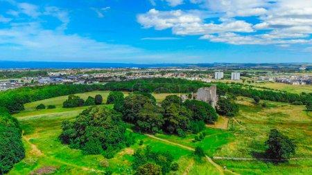 Photo pour Vue aérienne sur le château de Craigmillar et la ville d'Édimbourg - image libre de droit