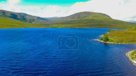 Photo pour Vue aérienne sur les petits lacs et ruisseaux des hautes terres écossaises - image libre de droit