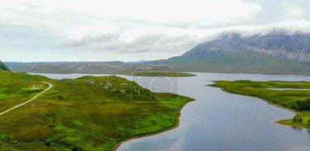 Photo pour Vue aérienne sur les petits lacs et ruisseaux dans les highlands d'Écosse - image libre de droit