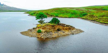 Photo pour Belle petite île sur un lac à l'île de Skye en Ecosse - image libre de droit