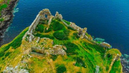 Photo pour Les ruines du château de Duntulm sur l'île de Skye - vue aérienne - image libre de droit