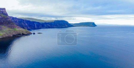 Photo pour Le beau paysage verdoyant de l'île de Skye, dans les Highlands - image libre de droit