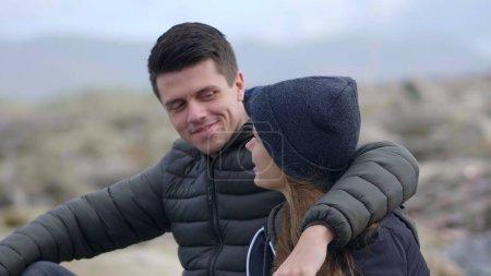 Photo pour Jeune couple amoureux apprécie le temps ensemble - image libre de droit