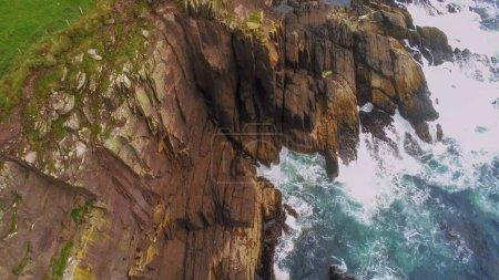 Photo pour L'océan Atlantique bleu atteint les falaises de la péninsule de Dingle en Irlande - image libre de droit
