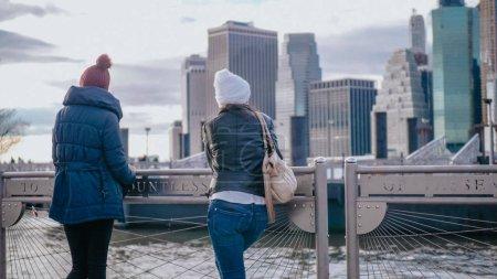 Photo pour Deux filles à New York avec une vue sur les toits - photographie de voyage - image libre de droit