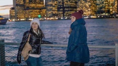 Photo pour Les toits de Manhattan merveilleux visités par deux filles à New York - voyage de photographie - image libre de droit
