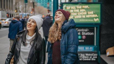 Photo pour Deux amis voyage à New York pour visiter la ville - photographie de voyage - image libre de droit