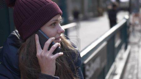 Photo pour Une jeune femme à New York parle au téléphone - photographie de voyage - image libre de droit