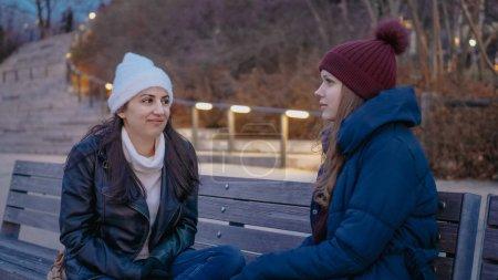 Photo pour Deux jeune femme profiter d'une soirée merveilleuse à l'horizon de Manhattan à New York - photographie de voyage - image libre de droit
