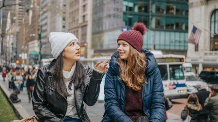 Photo pour Deux filles sur une visite guidée à New York - voyage photographie - image libre de droit