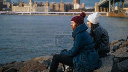 Photo pour Deux amis à New York apprécier la vue incroyable sur la skyline de Manhattan - photographie de voyage - image libre de droit