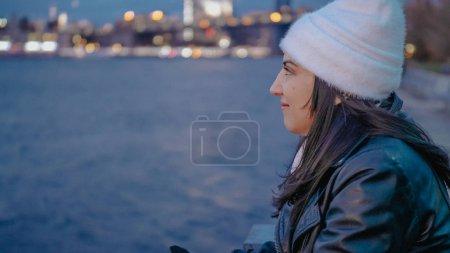 Photo pour Au fleuve Hudson à New York avec une belle soirée de détente vue sur les lumières de ville de Manhattan - photographie de voyage - image libre de droit