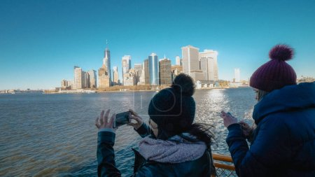 Photo pour Jeune femme prend des photos sur son voyage touristique à New York - voyage de photographie - image libre de droit